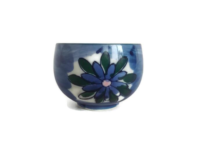 Porcelánový šálek na čaj s modrými květy
