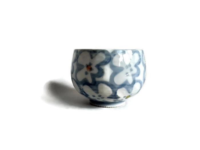 Japonský šálek z porcelánu s bílými květy