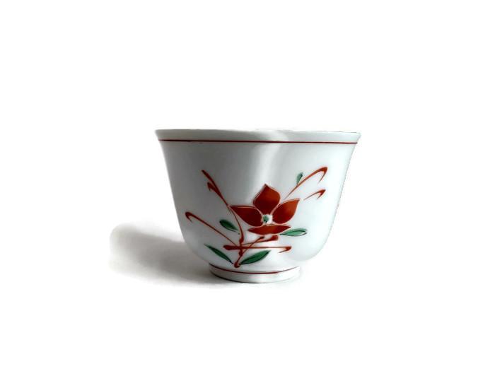 Bílá miska z porcelánu s červeným květem
