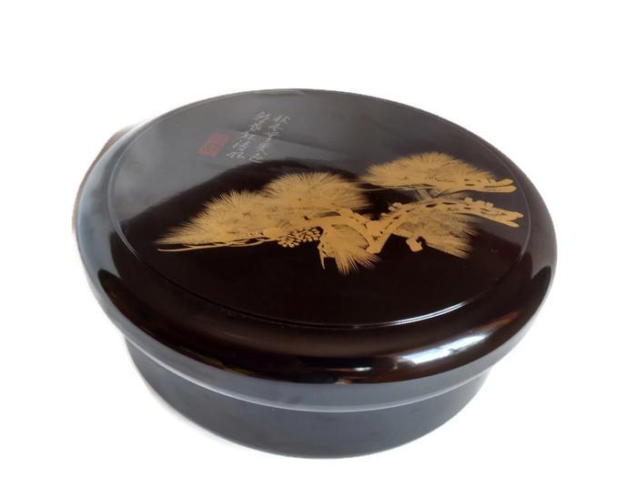 Lakovaný box na čajové náčiní s bonsají