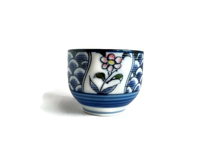Porcelánová mistička s květinou a šupinkami
